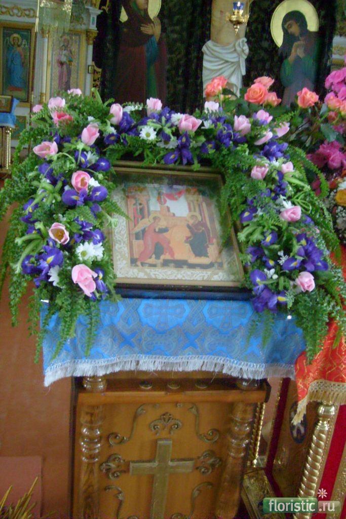 Показать фото аналое украшенное цветами
